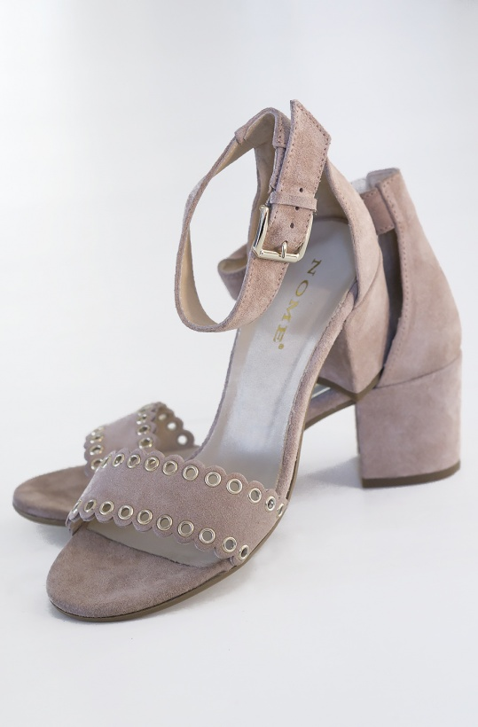 NOME - Sandal med stansade hål och rem