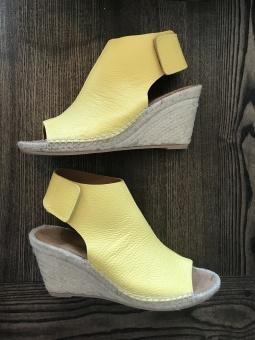 Marenas sandaletter kilklack mustard
