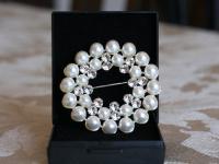 SD Brosch med pärlor och swarovski stenar