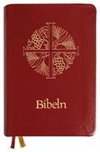 Bibel, halvmjukt band, mörkrött konstskinn. Format: 130 x 180 mm
