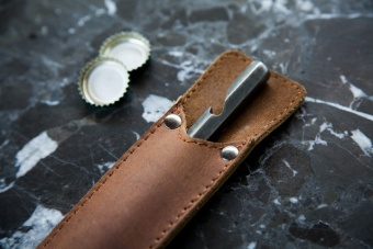 Brût Bottle opener with sleeve