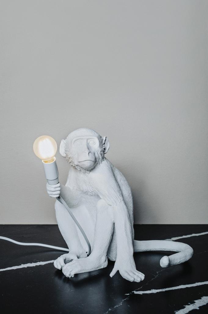 Sitting Monkey White Lampa