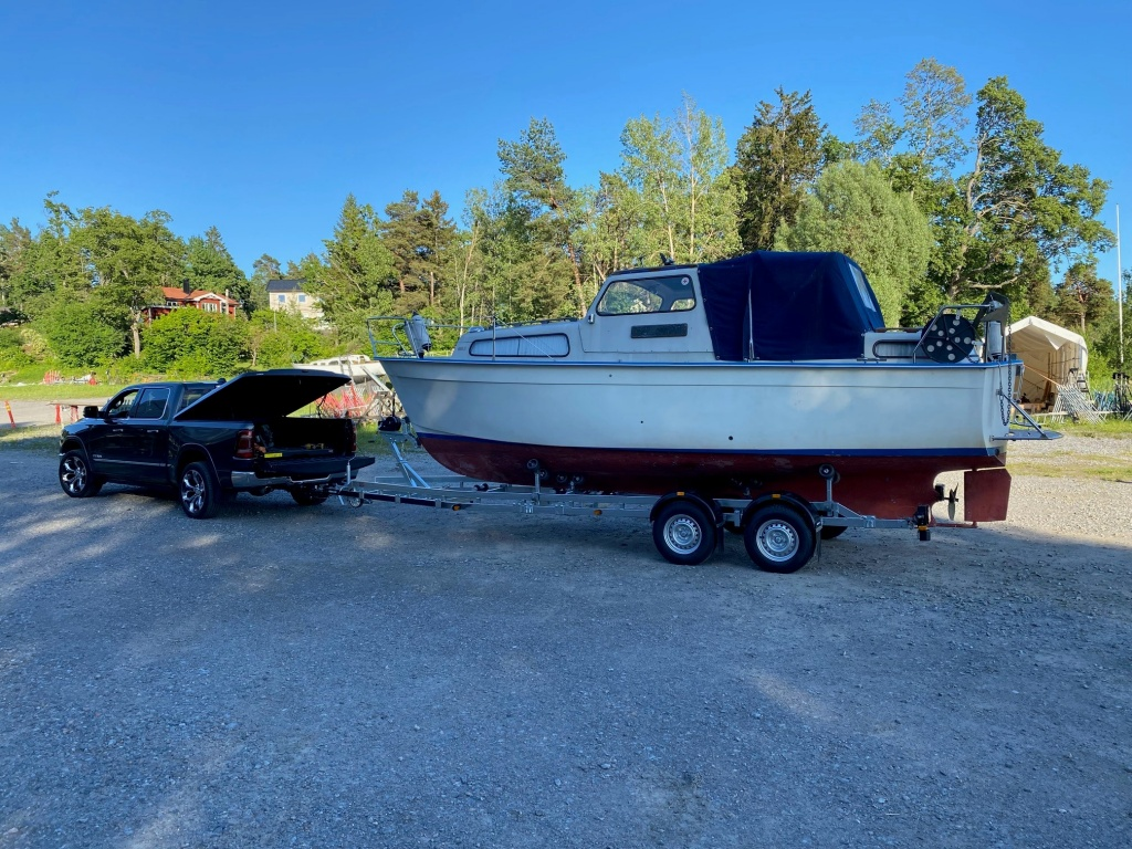 Upptagningstjänst båt med ny trailer med injustering
