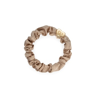 ByEloise London hårsnodd Gold Heart Silk Scrunchie Sand