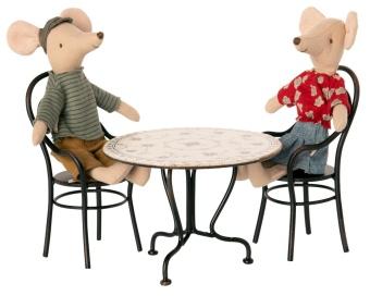 Bord med två stolar