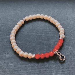 i79c Vita och röda pärlor med metallkors