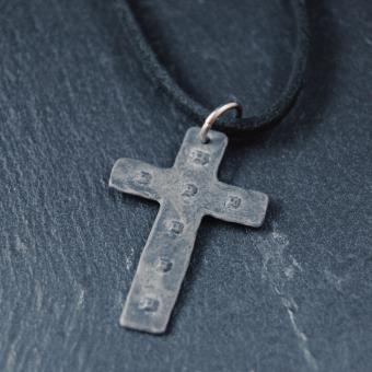 Kors med nitar inkl. lädersnodd, återvunnen metall