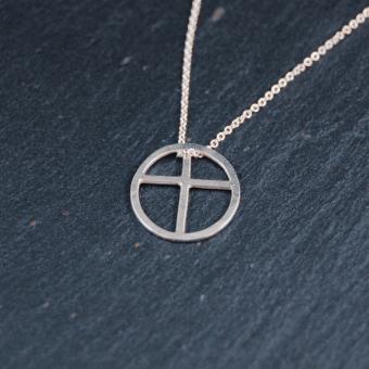 Kors inskrivet i cirkel, handgjort i silver, 12 mm, inkl kedja
