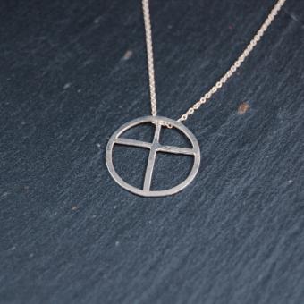 Kors inskrivet i cirkel, handgjort i silver, 17 mm, inkl kedja