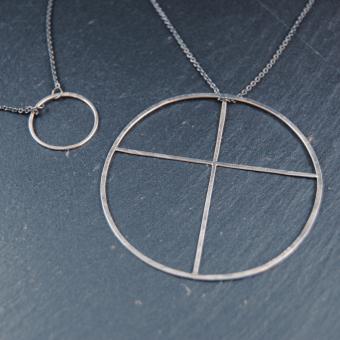 Kors inskrivet i cirkel, handgjort i silver, 57 mm, inkl kedja