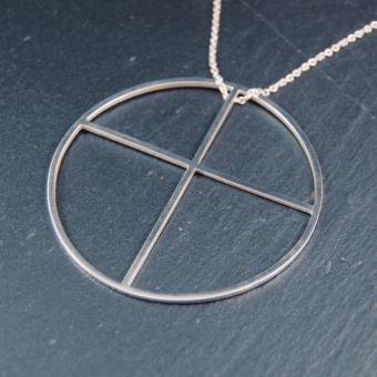 Kors inskrivet i cirkel, handgjort i silver, 54 mm, inkl kedja