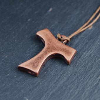 Tau-kors i brons, 25mm, inkl. textilsnodd
