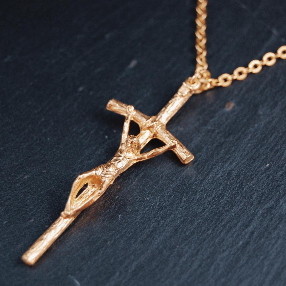 Kors m. Jesus i metall, guldfärgat, 5cm, inkl 65 cm kedja