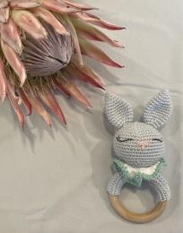 Skallra virkad - kanin - ljusgrå