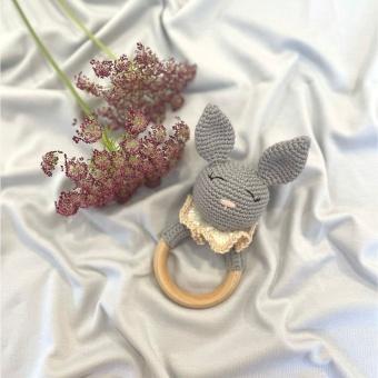 Skallra virkad - kanin - grå