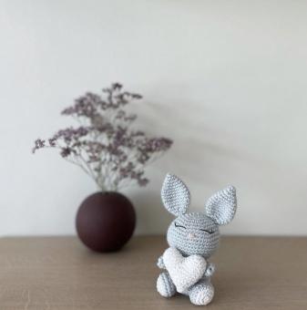 Skallra - kanin med hjärta - virkad