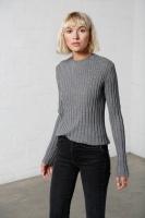 Ribbstickad tröja grå