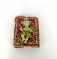 Jesusbarn på kudde (8 cm) rött/guldfärg