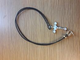 Halskors, stål m läderband